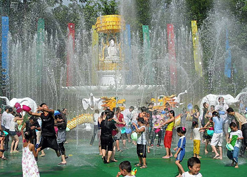 The Water-Sprinkling Festival of Dai People in Xishuangbanna is a joyous activity for visitors.