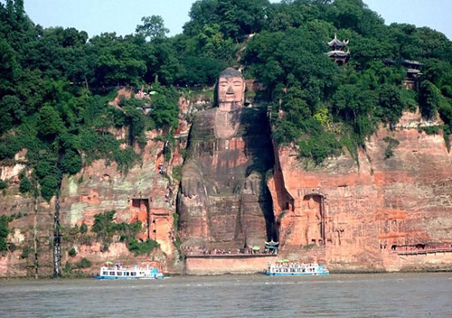 Tourists can take a Min River cruise at the feet of the Leshan Giant Buddha.