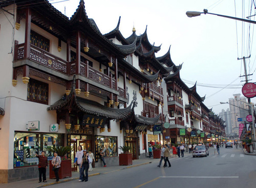 The Chenghuangmiao (Town God's Temple) area is permeated with traditional Chinese elements.