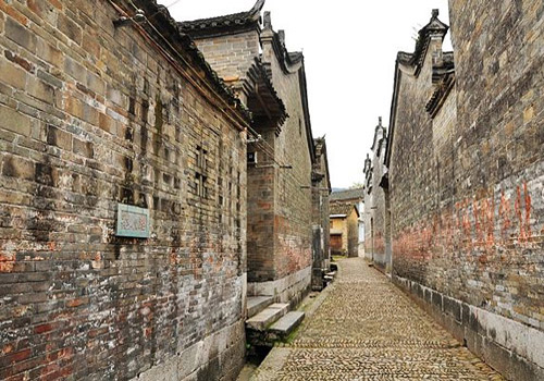 The old buildings in Jiangtou Ancient Village are commonly constructed with grey tiles.