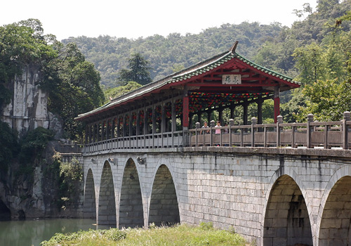 The Flower Bridge built during the Song Dynasty(960-1276) is one of the oldest bridges in Guilin.