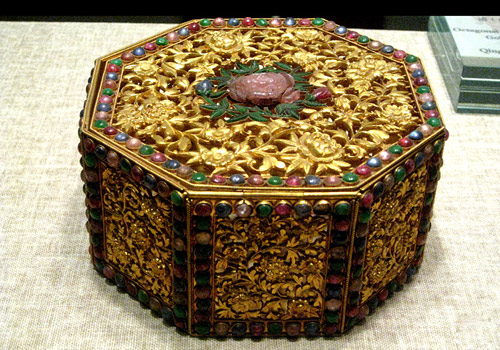 Such exquisite gold jewel case decorated with priceless diamonds was the favorite of the imperial famale.
