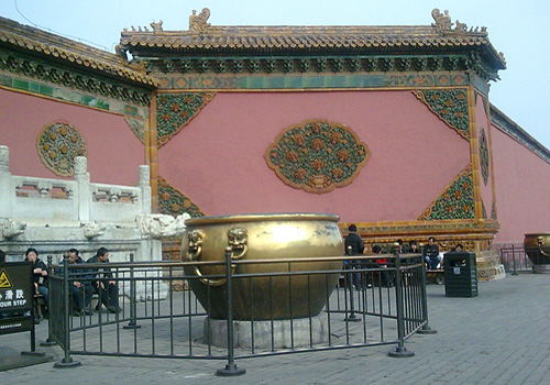 The huge copper vat was not only functioned as water container but also a decoration in front of the palace.