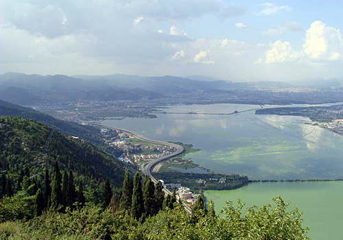 Looking down from the West Hill, you may see the panorama of the Dianchi Lake, the road along with it, the polluted green water