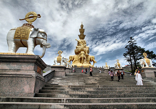 The viewing deck of Mount Emei,it is available over 1000 people to watch the views of the Mt. Emei.