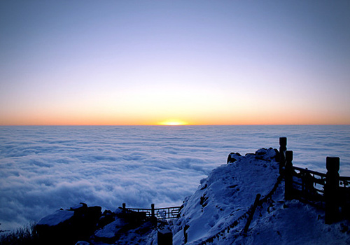 The sunrise of Mount Emei, the sea of clouds of Mount Emei.