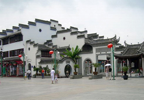 In Huizhou Ancient Town, visitors can have a close eye and touch on the characteristic Hui culture.