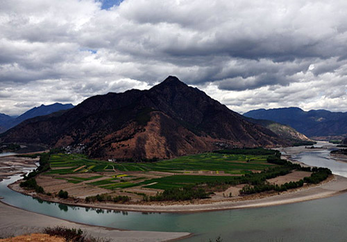 The First Bend of the Yangtze, the best place to see it is on the hills inside Shigu Village or on the road from Lijiang to Shuhe Village.