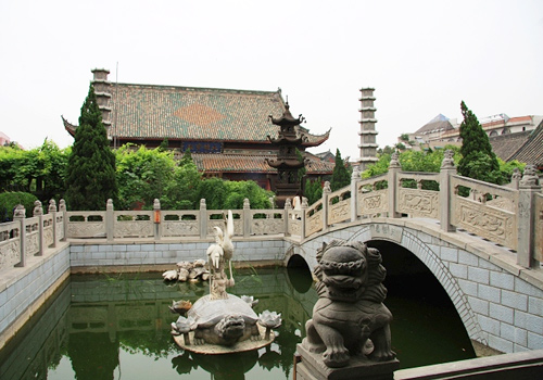 The Grand Xiangguo Monastery in Kaifeng is also dotted with many traditional Chinese stone carvings.