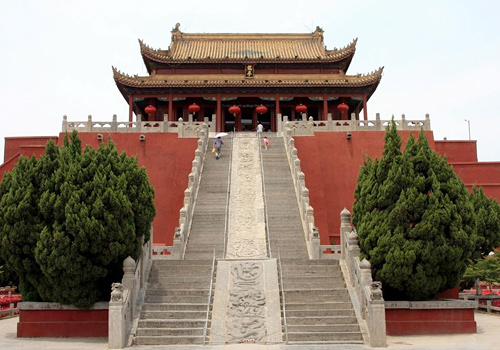 The Dragon Pavilion was designed in a typical imeprial style with yellow-glazed roof,red walls and white stairs with handrails.