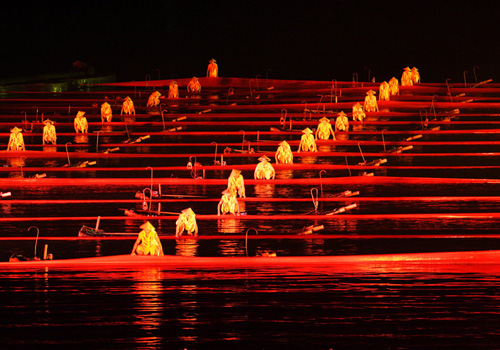 Fishmen appear on bamboo rafts with red silk at the chaper of Red Impression.