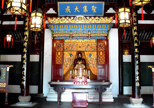 In the center of the Dacheng Hall is a seating Confucius.
