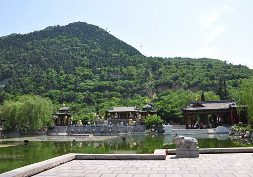 The Huaqing Hot Springs in Xi'an is famous for the romance of Emperor Tangxuanzong and Yang Guifei.