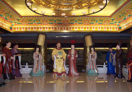 A cluster of painted sculptures of ministers who are talking with Emperor Tangminghuang on the second storey of Purple Cloud Building of Tang Paradise.
