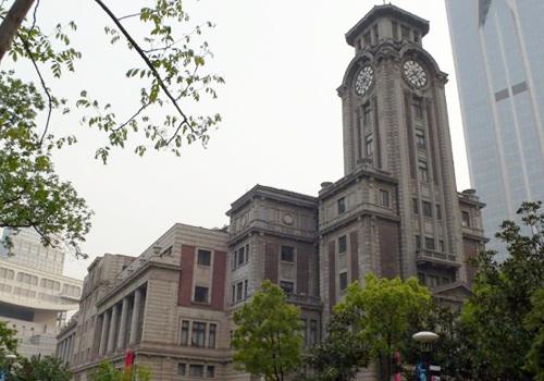 O Museu de Arte de Xangai é um estilo inglês dos anos 30 com um campanário no topo.