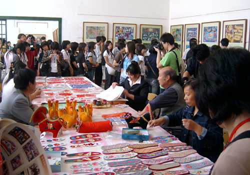 People are visiting the Farmers' Painting Exhibition Hall of Hu County.
