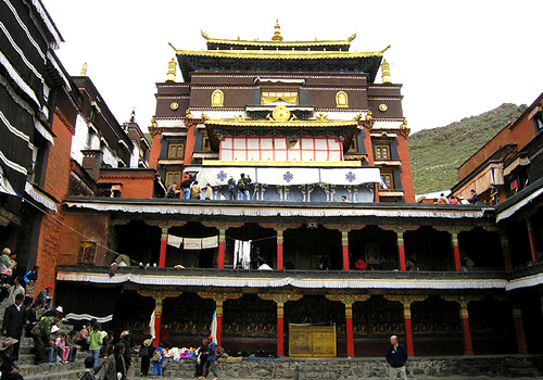 The Tsokchen Hall sits in the center of Drepung Monastery with an area of 4500 square meters.