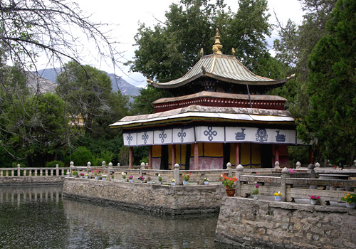 Lake Heart Palace held the position of a banquet site where Dalai Lamas met and feted officials.