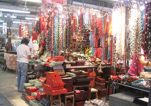 The Jade Market of Hong Kong is located in Gansu Street,the prosperous Kowloon of the city.