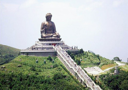 Tiantan Buddha is enshrined on the peak of Muyu Mountain of Lantau Island.