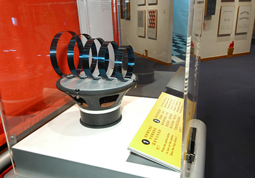 "The ""dancing rings"" device at Hong Kong Science Musuem."