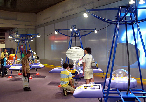 Children accompanied by adults are visiting the Magnetism and Electric Gallery Gallery of Hong Kong Science Museum.