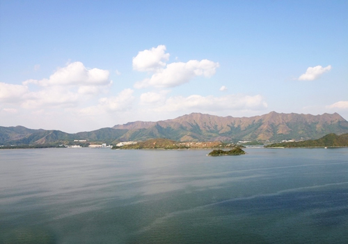 Situated on the shorefront of Tolo Harbor, the park of Ma On Shan offers a fine distant natural beauty of the peaks of Pat Sin Leng.