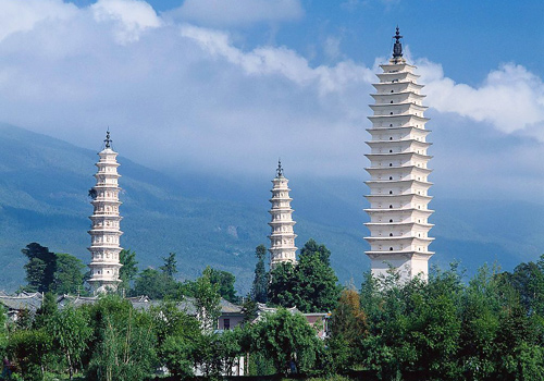 Similar to the Big Wild Goose Pagoda in Xi'an in appearance,the Three Pagodas is the typical style of Tang Dynasty.