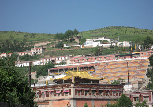 Ta'er Monastery is one of the six greatest monasteries of Gelug Sect (or Yellow Hat Sect, a branch of Tibetan Buddhism).