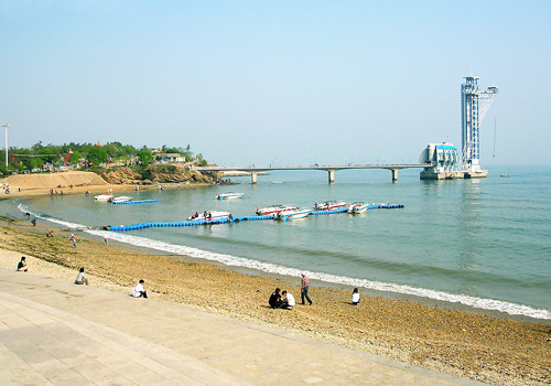Standing on the cliffs, you also can enjoy the beautiful scenery of Xinghai Bay where sea and sky blend together on the distant horizon.