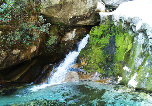Between every two peaks of Cangshan Mountain, there is a stream flying down and flowing into the Erhai Lake.