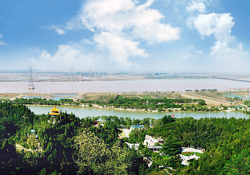 Yellow River Scenery Area is lavish with trees all over the mountain, and dotted with pavilions, brooks and streams.