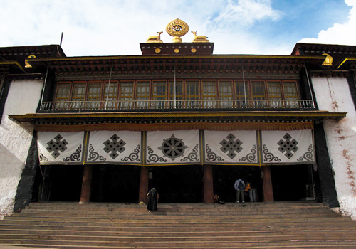 Qambaling Monastery was built in 1444 by Sherab Sangpo and known as the earliest and largest monastery of Tibetan Buddhism in Kham area.