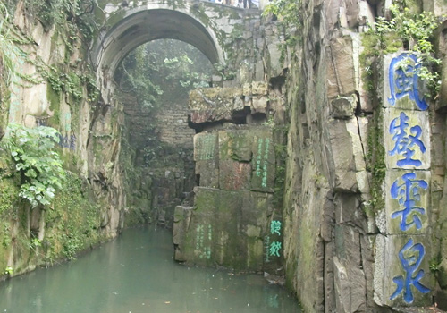 Jian Chi, literally Sword Pool, is the most mysterious and attractive spot in Tiger Hill.