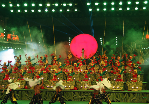 Splendid China is a famous attraction with both imitated landscapes and large-scale shows in Shenshen.
