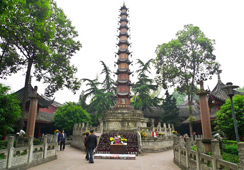 Wenshu Monastery is celebrated for its graceful garden, solemn halls,and masses of cultural relics.