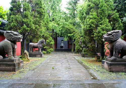 Wuhou Memorial Temple includes three sightseeing parts,the Cultural Relics Area,a Garden and Jinli Street.