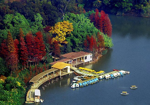 Colorful autumn view of the Lu Lake on Baiyun Mountain, Guangzhou.