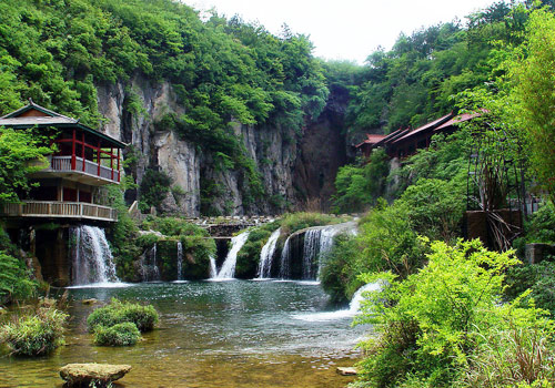 Named after a deep pool of the same name, Tianhe Pool Scenic Area enjoys peaceful ambient and idyllic scenery.