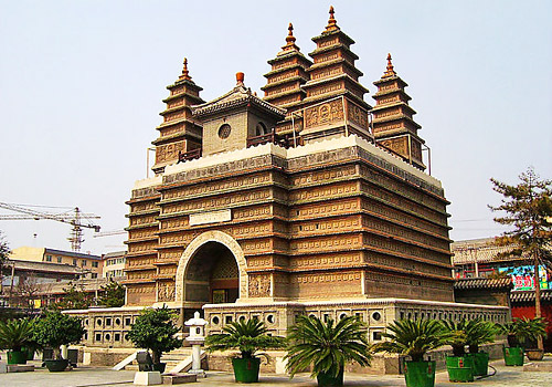 There are five exquisite quadrangle pagodas built on top of the Buddha's warrior seat, hence the name Five-Pagoda Temple come out.
