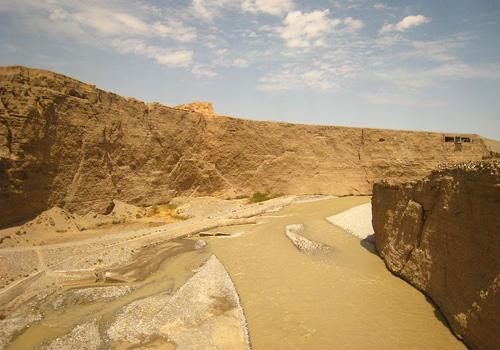 Under the first tower,torrential Taolai River runs to the east, just like a silver belt winding on the Gobi Desert.