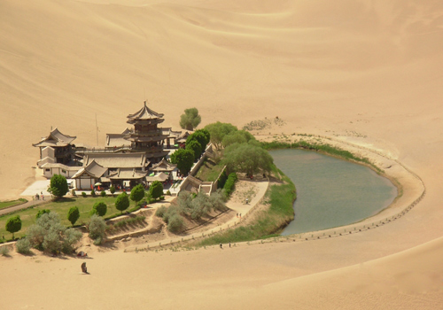 The Crescent Lake at the foot of Echoing-Sand Mountain,Dunhuang attractions.