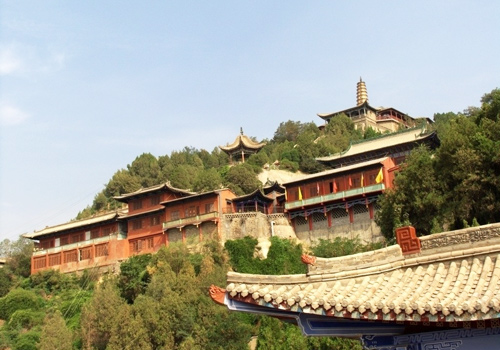 Seated on the northern bank of Yellow River, the White Pagoda Hill is named after a white pagoda on its hilltop.
