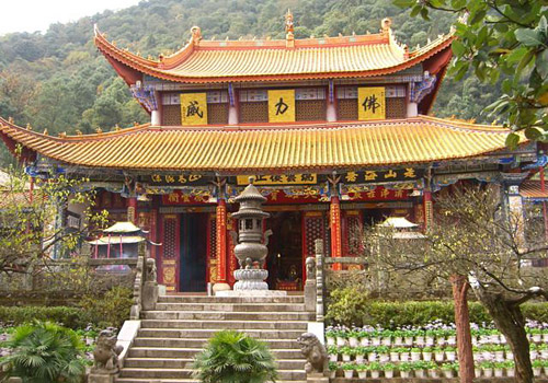 As the biggest existing temple of Kunming area with a history of more than 900 years, Huating Temple is a famous sacred place for Buddhism.
