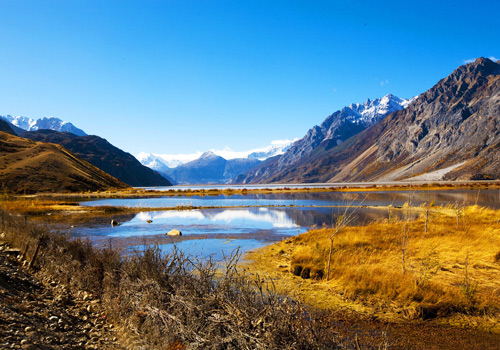 Ranwu Lake is known for its size,it's mirror lake water,its green grassy meadows and it's snow capped peaks.