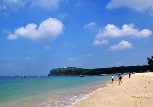 Thanks to its subtropical climate and winding coastlines,Beihai has abundant sunshine,plentiful rainfall,limpid seawater,fine beaches and fresh seafood.