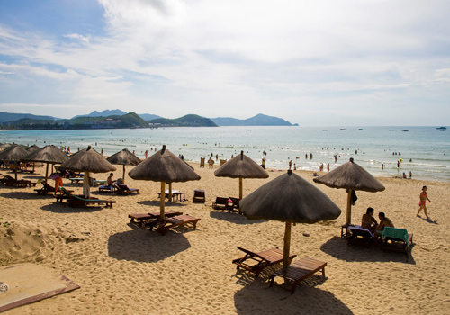 Dadonghai Resort Area buzzes with activities-bathing,sunbathing,water sports and diving.