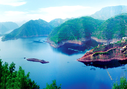 Considered Thousand Islands in North China,Xiaolangdi Scenic Area features superb sceneries of gorges,rivers,surrounding peaks and profound Yellow River culture.