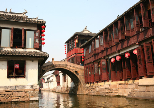 Most dwellings in Zhouzhuang are of Ming Dynasty (1368-1644) and Qing Dynasty (1644-1911).