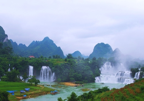 Detian Waterfall,the biggest binational waterfall in Asia,is a highlight in Nanning tours.